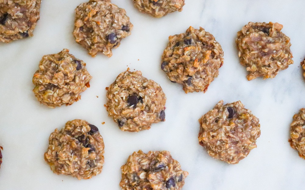 Peanut Butter Chocolate Chip Oatmeal Cookies recipe featured by top US wellness blogger, Elizabeth Finch Wellness chip oatmeal cookies